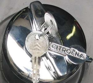 Citroen 2Cv tanksapka logóval 25